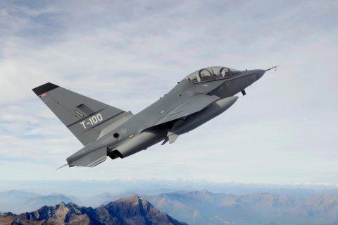Leonardo competirá  con su avión T-100 en el programa TX