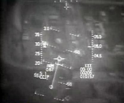 Vista del HUD de uno de los F-16. Al centro la cúpula del reactor y arriba la muralla de tierra.