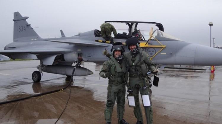 Capitão-aviador-Ramon-Santos-Fórneas-esq-ao-lado-de-seu-instrutor-sueco-dir.-Foto-FAB-750x420
