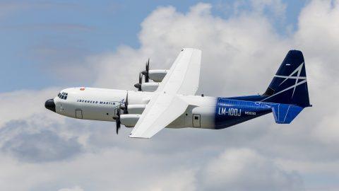 El carguero comercial Lockheed Martin LM-100J hace el primer vuelo exitoso