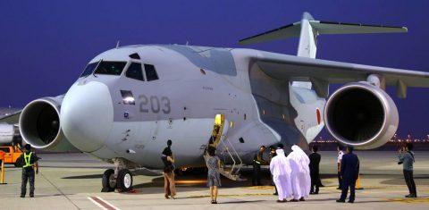 Japón exhibe su avión de transporte Kawasaki C-2, en el Dubai Airshow.