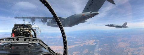 El A400M reposta seis cazas F-18 en un solo vuelo